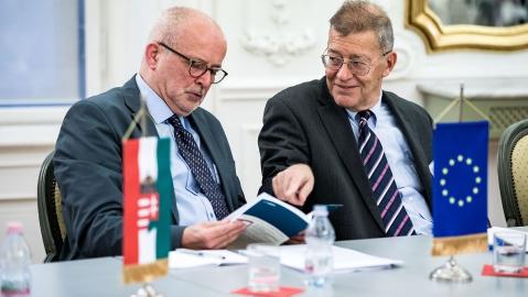 Michael Müller-Verweyen, Direktor des Goethe-Instituts in Budapest und Prof. Dr. András Masát - Rektor der Andrássy Universität Budapest a.D.